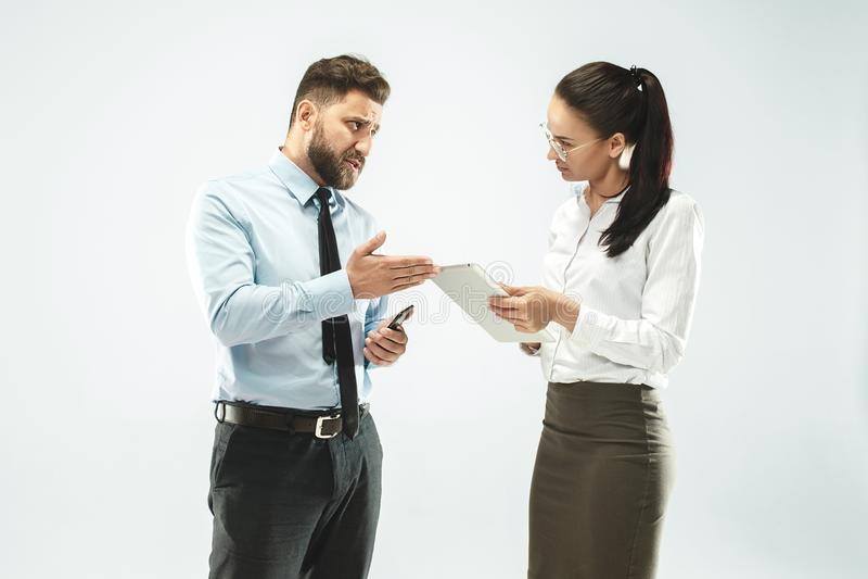 商人显示膝上型计算机给他的同事在办公室 免版税库存图片