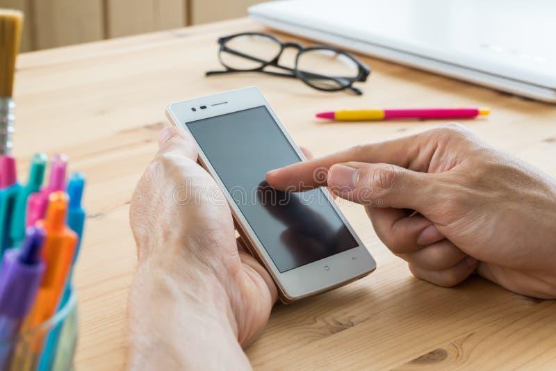 商人智能手机关闭触摸屏  图库摄影