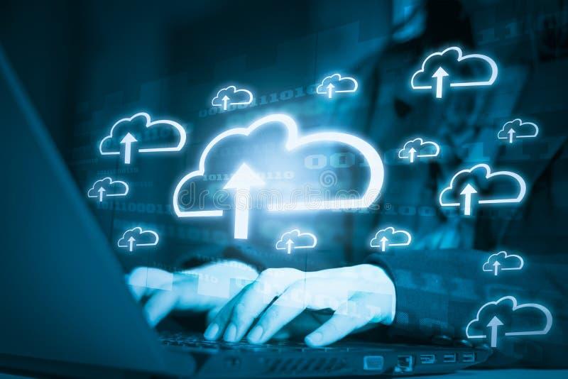商人有存放数据网络和聪明的系统云彩计算,未来派数字4的概念的用途膝上型计算机 0? 库存照片