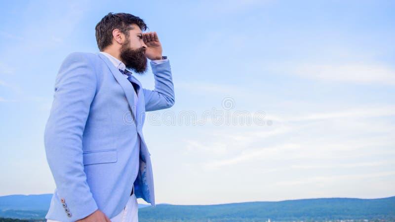 商人有胡子的面孔天空背景 更改的路线 新的企业方向 寻找机会和新 免版税图库摄影