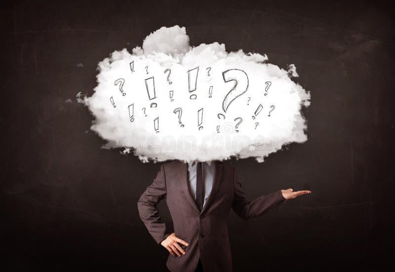 商人有问题和惊叹号的云彩头 免版税库存照片