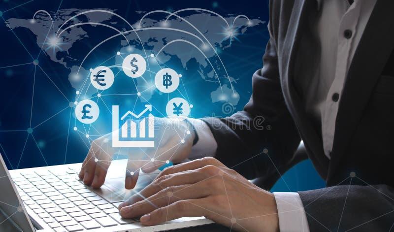 商人有Fintech ov的货币符标志的用途膝上型计算机 库存照片