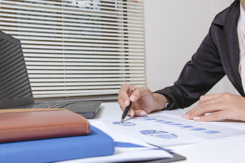 商人检查严重分析谈论财务报告投资者的同事新的计划财政图表数据 银行经理 免版税图库摄影