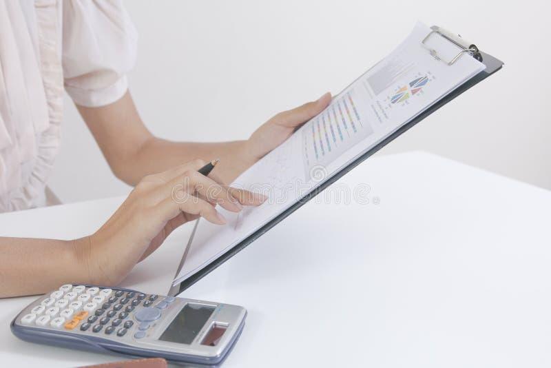 商人检查严重分析谈论财务报告投资者的同事新的计划财政图表数据 银行经理 库存图片