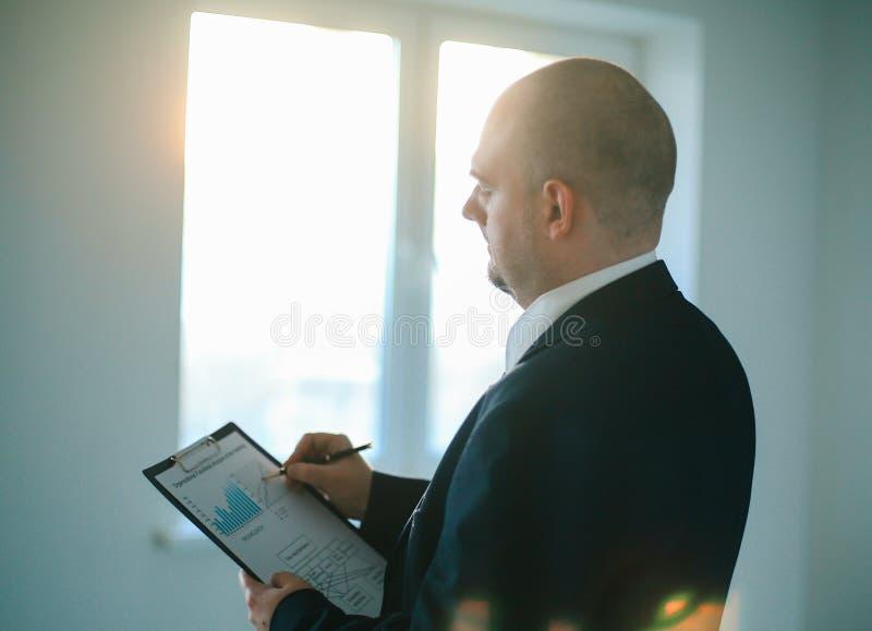 ?? 商人检查财政日程表 免版税库存照片