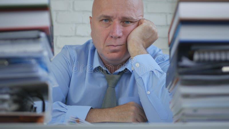 商人沉思图象的看起来和停留不耐烦在办公室屋子里 库存照片