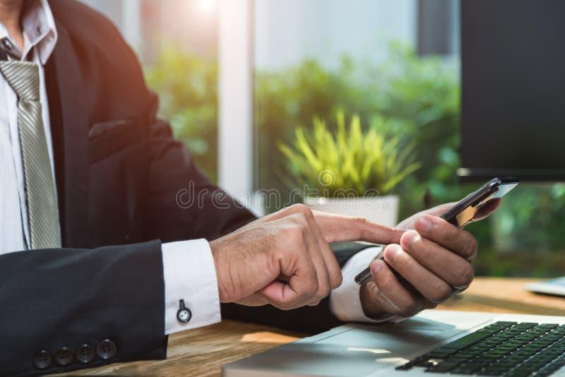 商人注册流动巧妙的电话 免版税库存图片
