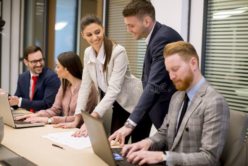 商人激发灵感在会议期间的办公室 免版税库存图片