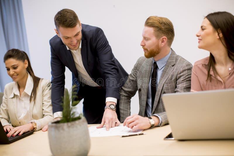 商人激发灵感在会议期间的办公室 图库摄影