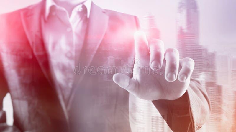 商人点他的在您的手指在办公室 背景城市晚上街道 库存照片