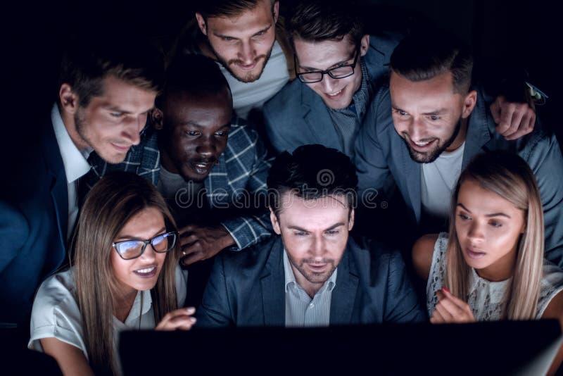商人特写镜头和事务合作看计算机显示器 免版税库存图片