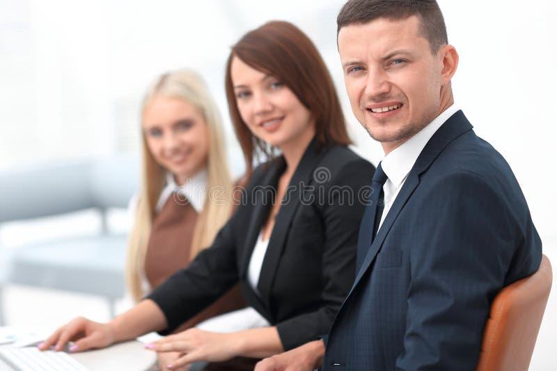 商人特写镜头坐在会议上会议室的 免版税图库摄影