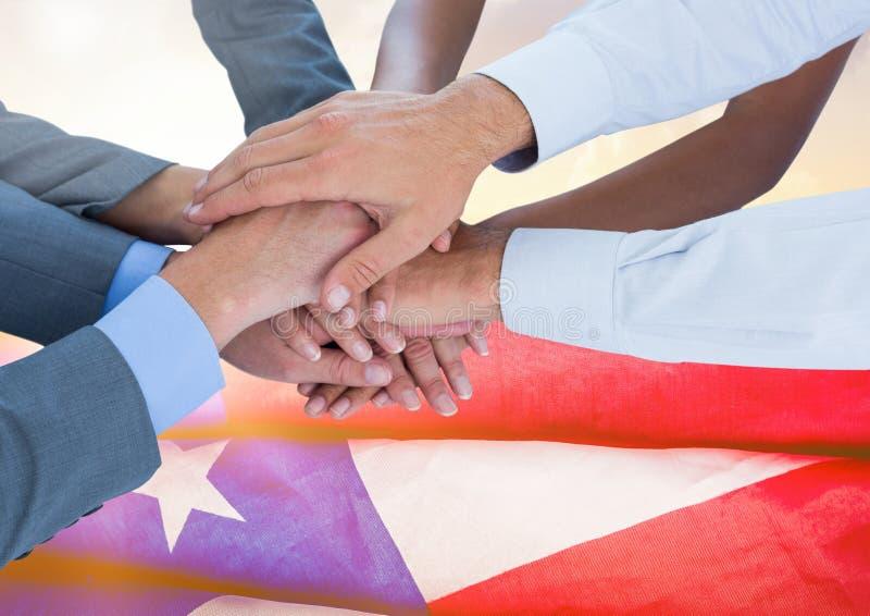 商人用一起手反对美国国旗 免版税图库摄影