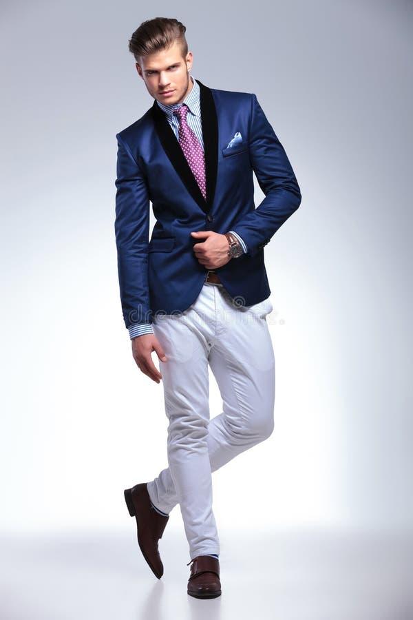 年轻商人用在他的夹克的一只手 库存图片