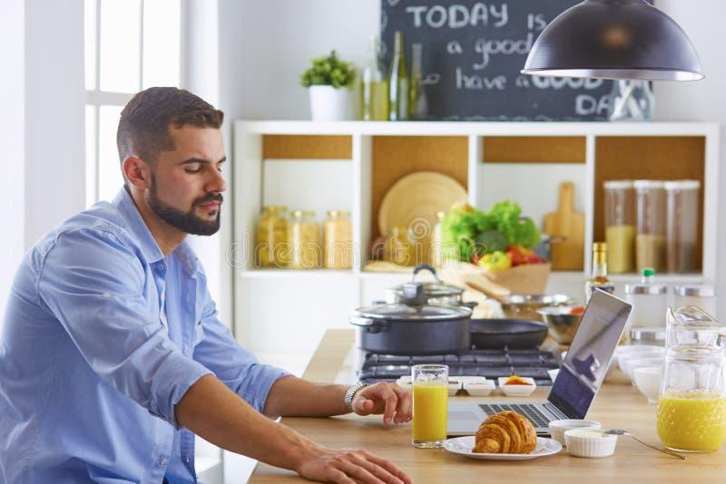 商人用早餐与笔记本和汁液 免版税库存图片