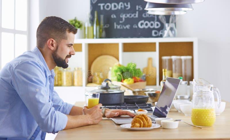 商人用早餐与笔记本和汁液 免版税图库摄影