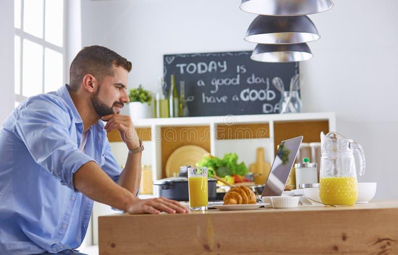 商人用早餐与笔记本和汁液 库存图片