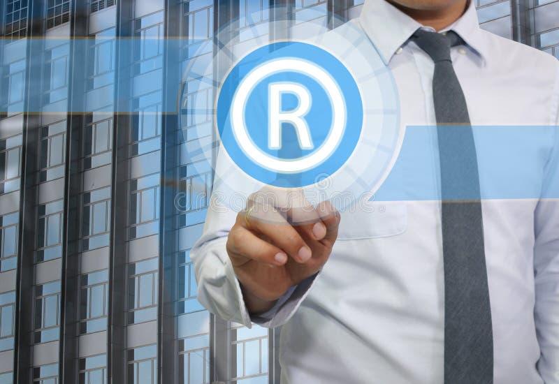 商人用途手指接触文本象系统R的手  免版税图库摄影