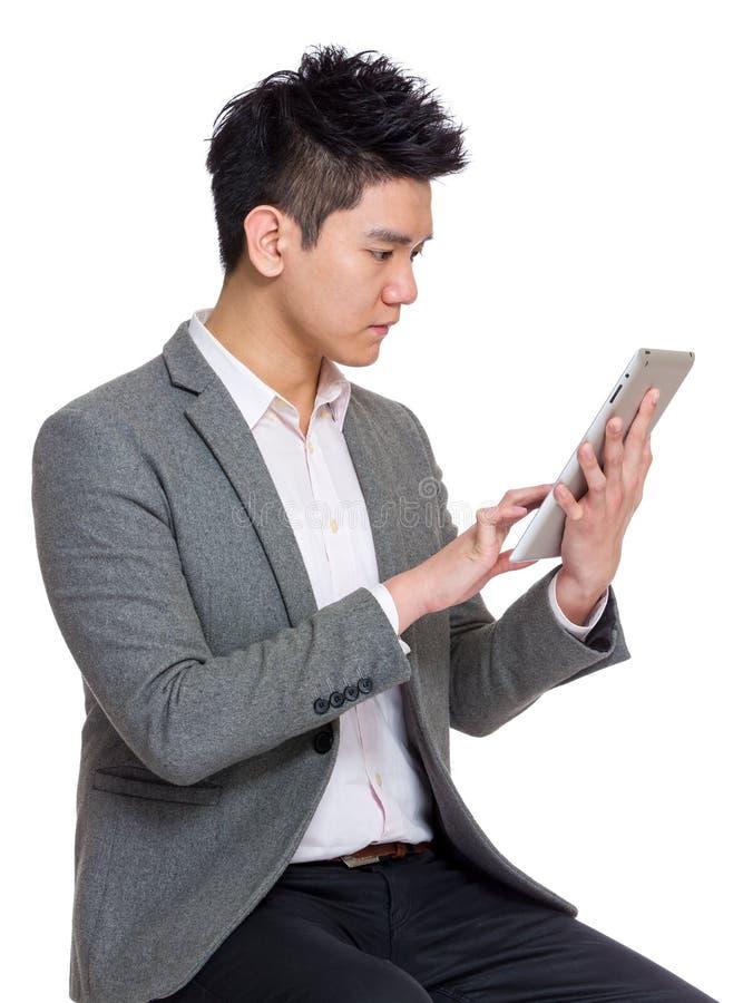 年轻商人用途数字式片剂 库存照片