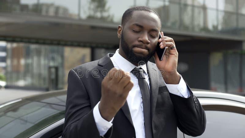 商人由令人不快的电话交谈,在事务的问题懊恼了 免版税库存图片