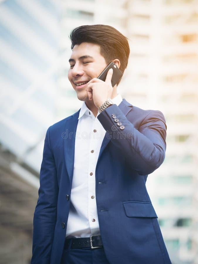 商人电话告诉 免版税图库摄影