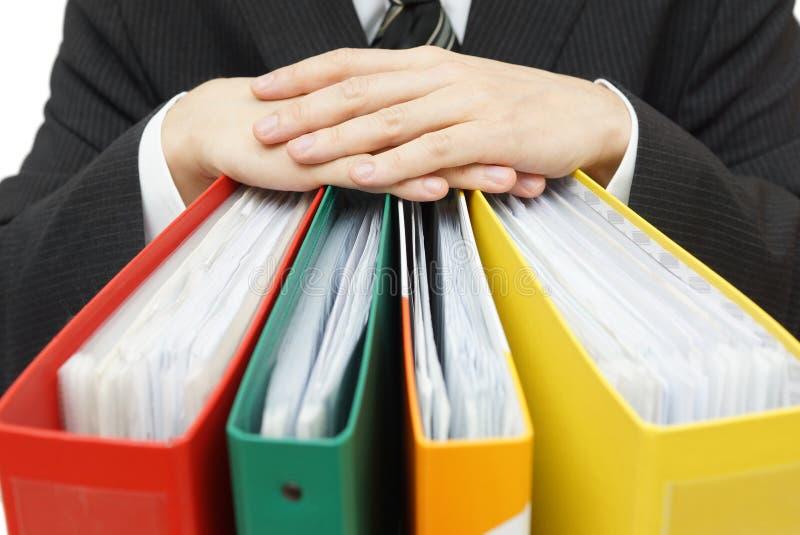 商人的中央部位与黏合剂的在办公室 免版税库存图片