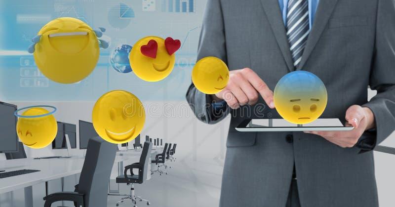 商人的中央部位使用数字式片剂的有各种各样的emojis的 免版税库存照片