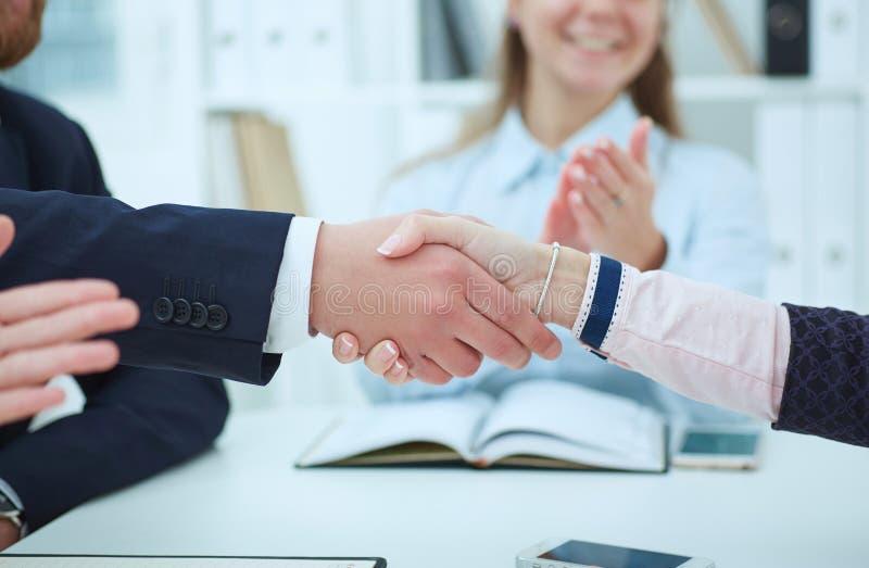 商人的中段握手的,结束会议 成功的队工作的概念 库存照片
