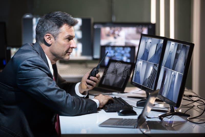 商人的侧视图谈话在携带无线电话 免版税库存照片
