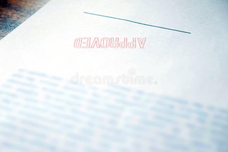 商人的手的特写镜头图片签字和盖印以批准的合同形式的 向量例证
