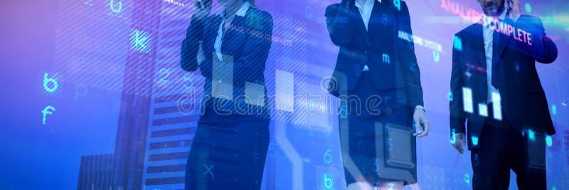 商人的综合图象谈话在手机反对白色背景 免版税库存照片