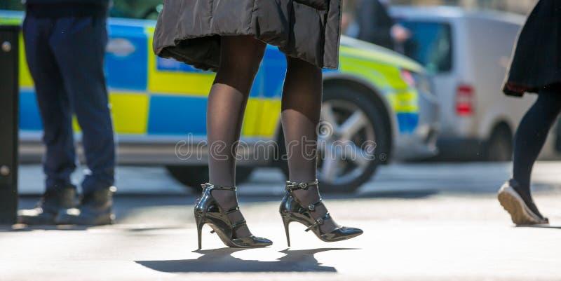 商人的脚走在伦敦市的 繁忙的现代生活概念 免版税库存照片