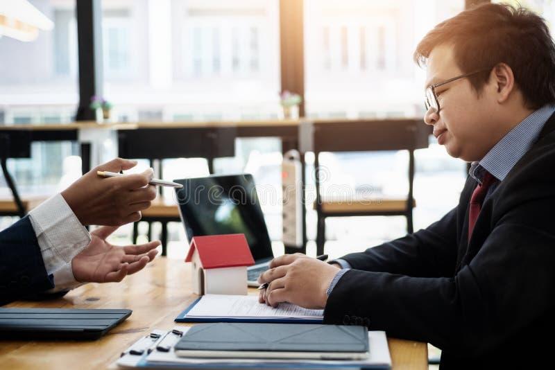 商人眼睛疲劳在关于感觉张力紧张问题的工作 企业张力概念 库存照片