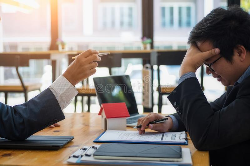 商人眼睛疲劳在关于感觉张力紧张问题的工作 企业张力概念 图库摄影