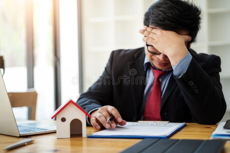 商人眼睛疲劳在关于感觉张力紧张问题的工作 企业张力概念 免版税库存图片