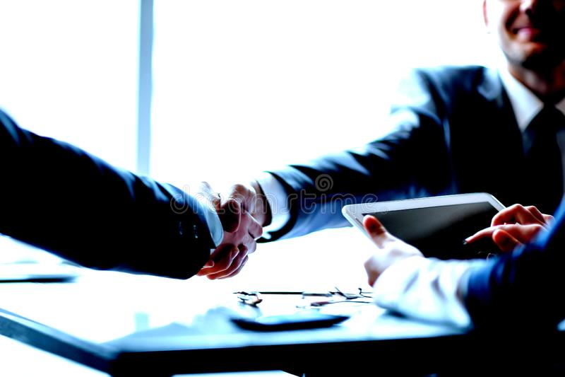 ?? 商人确信的握手在办公室 免版税库存照片