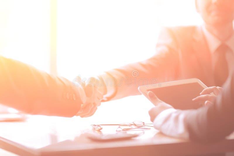 ?? 商人确信的握手在办公室 免版税库存图片