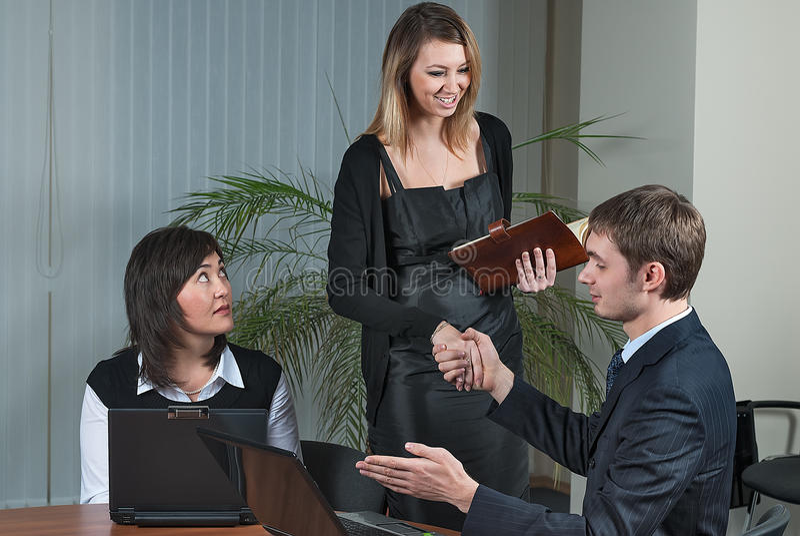 商人祝贺年轻女实业家 免版税库存照片