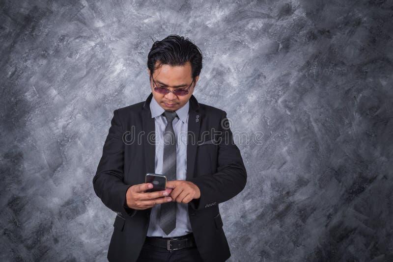 商人移动电话使用 图库摄影