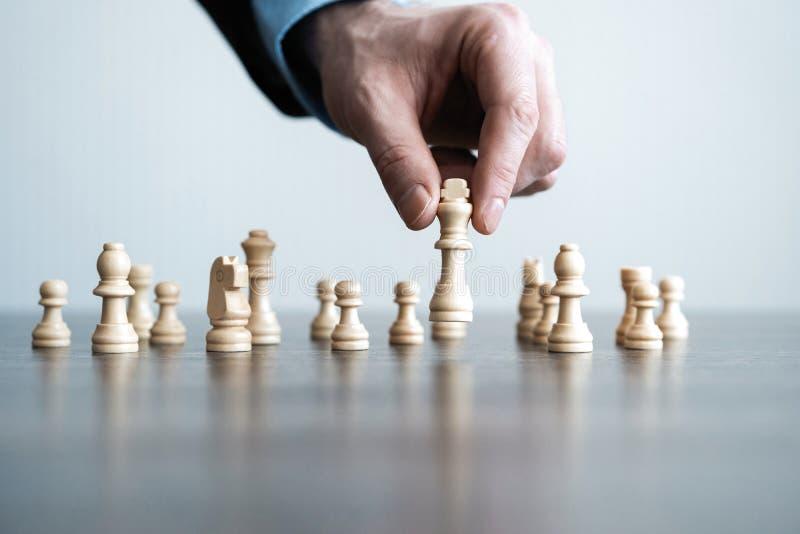 商人移动的棋形象的手在竞争成功戏剧的 战略、管理或者领导概念 免版税图库摄影