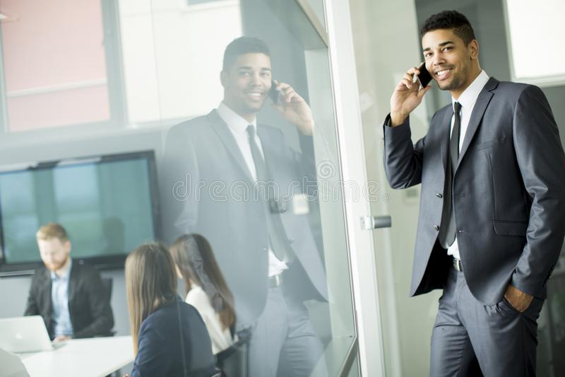 商人站立在办公室的和tal其它事项的人民 免版税库存图片