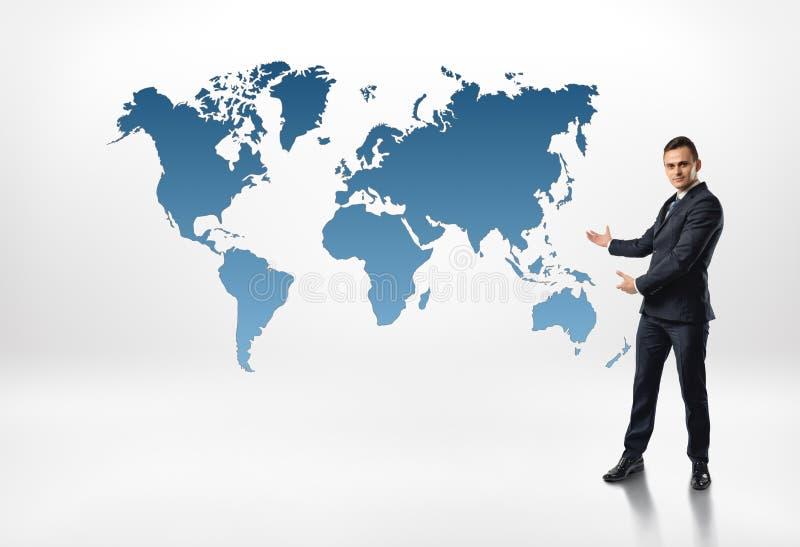 商人站立显示世界地图由在白色背景隔绝的两只手 图库摄影