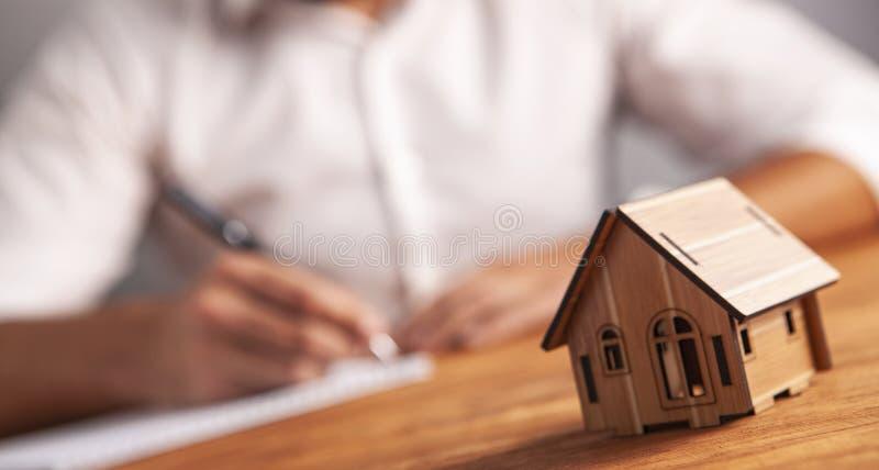 商人笔记本房子 免版税图库摄影
