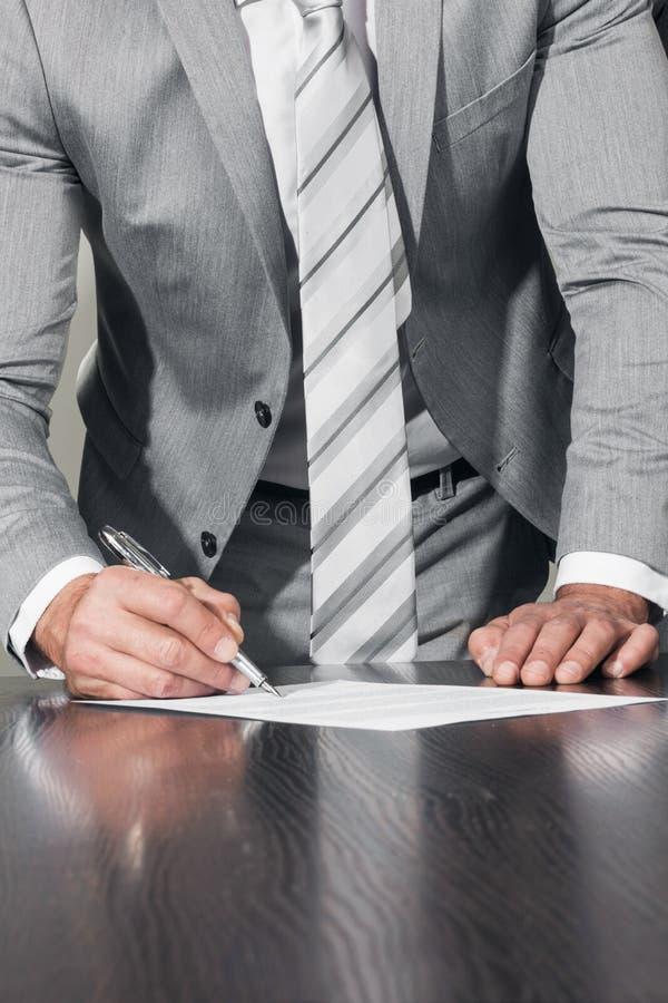 商人签约合同文档 库存图片
