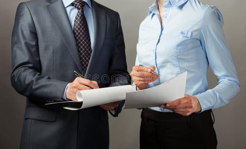 商人签署的合同/文件 免版税库存照片