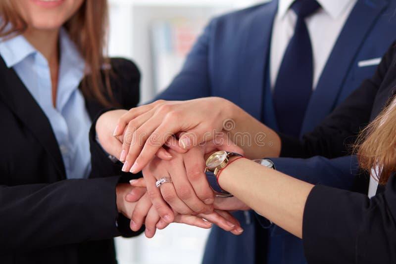 商人编组加入的手和友谊和配合的代表概念 免版税库存照片