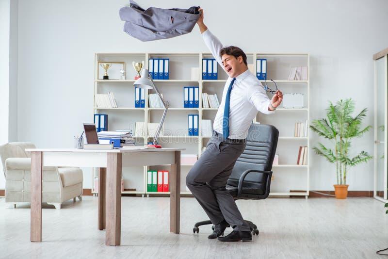 商人获得休假的乐趣在办公室在工作 库存照片