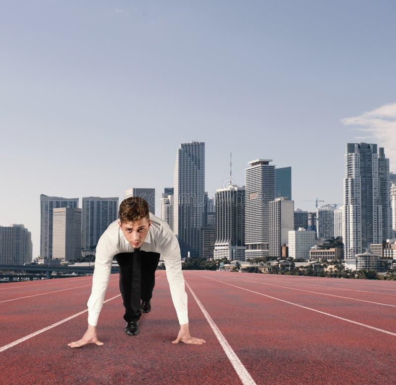 商人行动象赛跑者 竞争和挑战在企业概念 免版税图库摄影