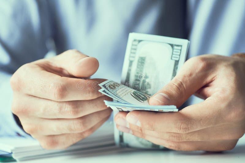 商人计数新美元纸币 贿款或薪金的形式 免版税图库摄影
