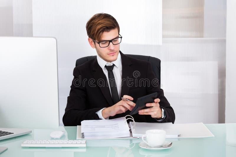 商人计算的票据 库存图片